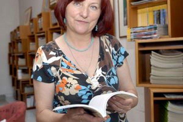 Riaditeľka knižnice Klára Kernerová má z dotácie veľkú radosť.