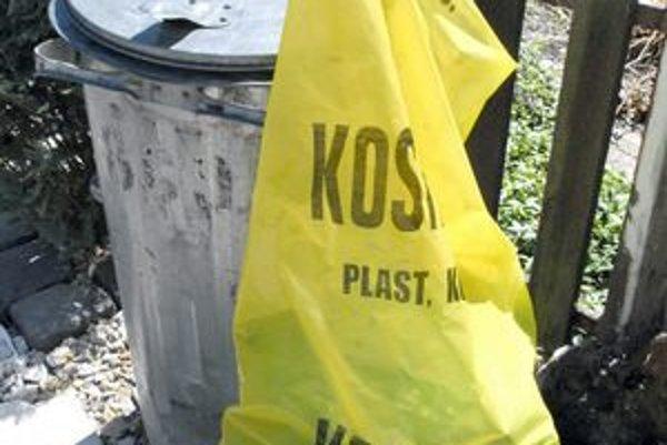 Vrecia s plastom. Podla Kositu skončili v komunálnom odpade len pre mimoriadnu situáciu.