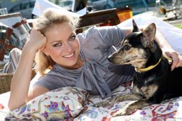Jedným zo zvieracích miláčikov J. Hospodárovej je tento psík.