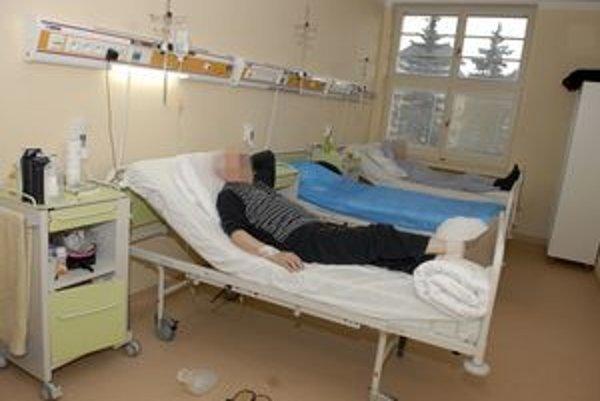 Pacienti by cenné predmety do nemocnice nosiť nemali. Lákajú tak zlodejov.