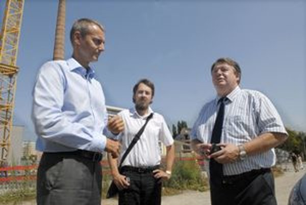 Radní pri Cassovare. Zľava primátor Raši, poslanec Brixi a starosta Grega.