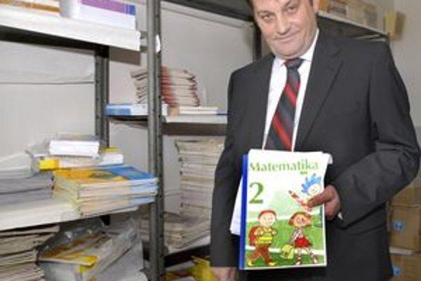 Pracovný zošit nebude. Ľuboš Hvozdovič ukazuje, že druháci sa budú musieť zaobísť bez pracovného zošita.