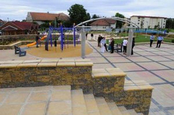 Súčasťou zrekonštruovaného centra sú aj oddychové zóny pre občanov.