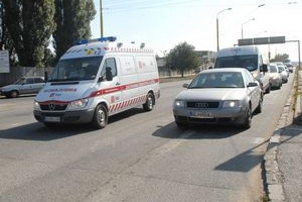 Pomoc, pomoc. Pri moste VSS boli vodiči voči sanitke ohľaduplní.