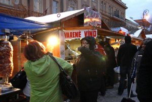 Vianočné trhy na Hlavnej. Občerstvenie i suveníry patria ku košickým Vianociam.