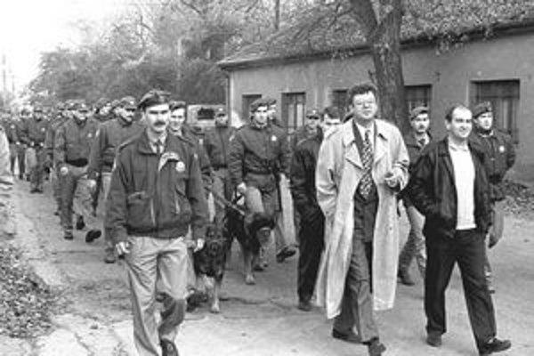 Pochod na Strelingstav – 1995. Policajti a radní s požehnaním primátora idú robiť poriadky.