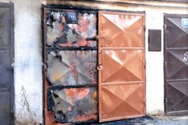 Vnútro garáže vyhorelo do tla.