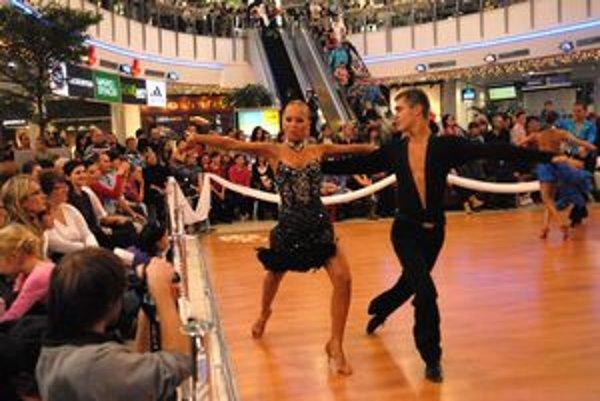 Tanec v obchodnom centre. Talent a elegancia vzbudili obrovský záujem.