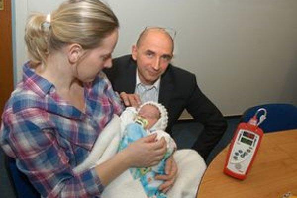 Šimonko s mamkou, Predčasne narodené bábätko kontroluje nový prístroj. Na fotke s riaditeľom Krchom.