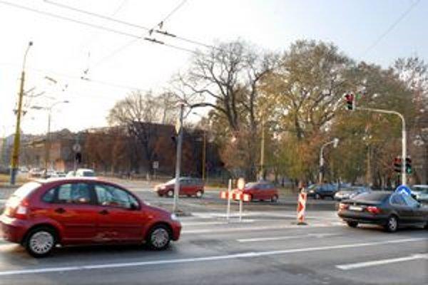Zákaz zostane. Na Rooseveltovu ulicu sa doľava odbočovať nebude.