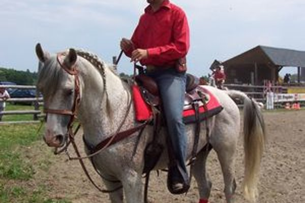 M. Farkašovský sa drží v sedle ako pravý kovboj.