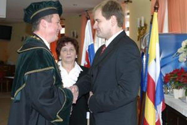 Odovzdávanie starostovského postu. Kažimír svojmu nástupcovi Saxovi pogratuloval.