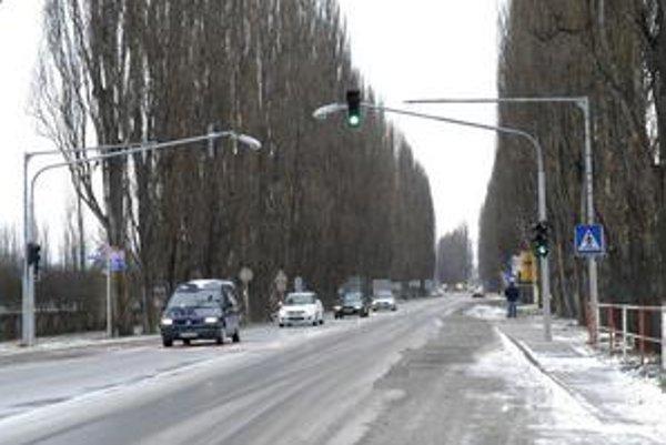 Nový semafor. Vodičom sa nepozdáva, mesto tvrdí, že dopravu na Slaneckej zlepší.