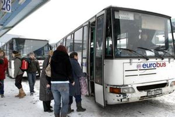 """Vyššie cestovné zaplatia všetci. Dopravcom stúpajú náklady, """"zlíznu"""" si to cestujúci."""