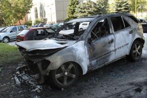 Mercedes Benz ML, ktorý zhorel poslancovi NR SR Vincentovi Lukáčovi.