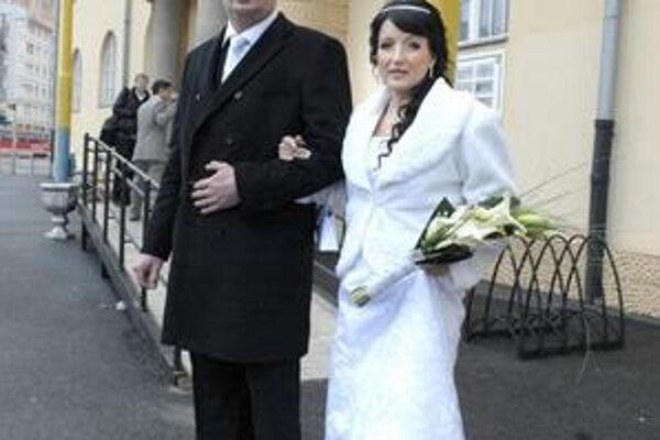 Miroslav a Danka Jandovci. Do stavu manželského vstúpili včera sprievode až siedmich jednotiek.