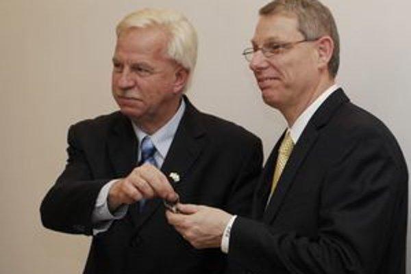 George F. Babcoke odovzdáva kľúče od kancelárie novému prezidentovi Davidovi J. Rintoulovi (vpravo).