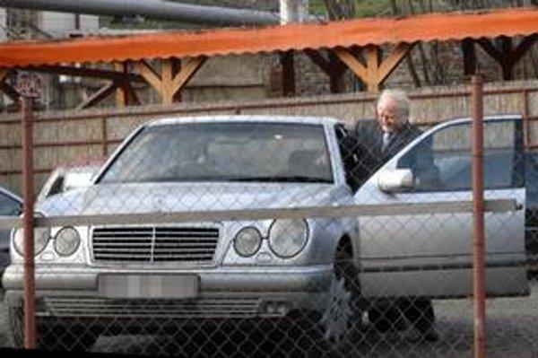 František Cibuľa. Šéfa košickej organizácie HZDS obžalovali zo sprenevery v roku 2001, rozsudok dodnes nepozná. Na súd chodieva mercedesom.