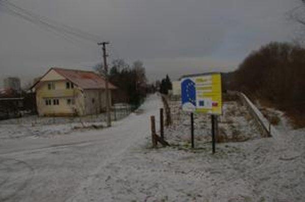 Ulica Za mostom s tabuľou o projekte z eurofondov. Kanál tu však urobili ešte pred schválením dotácie. Za vlastné.