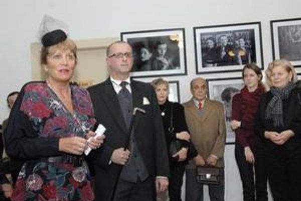Riaditeľka s autorom fotografií. Kateřina Bělská zvolila za poslednú akciu Českého centra výstavu Angela Purgerta.