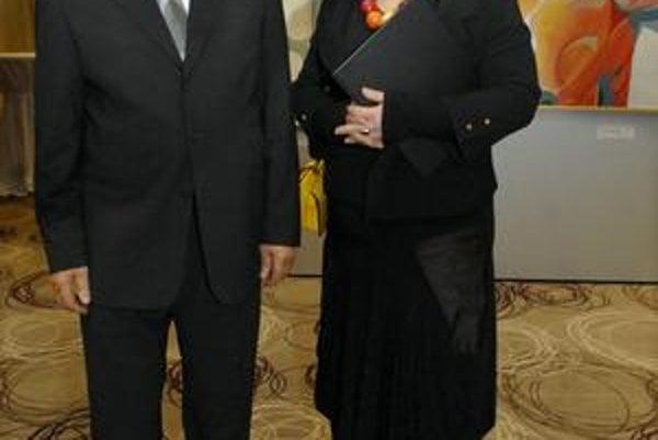 Otec s dcérou. Kurátorkou výstavy diel Štefana Bubána je jeho dcéra, riaditeľka VSG Lena Lešková.