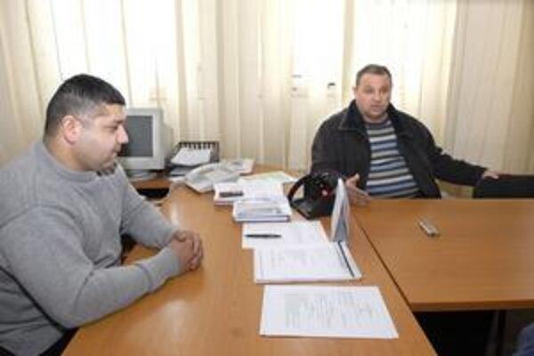 Starosta a mestský poslanec. Tibor Gábor z SMK (vpravo), mestský poslanec z Lunika IX, hovorí o nevýhodnosti zmluvy. Znížiť dlh by pomohla.