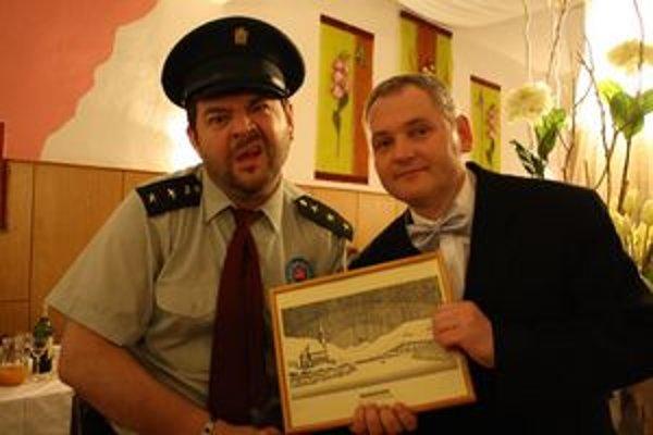 """Otec starosta - syn policajt. A vôbec nevadí, že starosta Igor Petrik je len o 5 rokov starší od """"syna"""" Mikiho."""