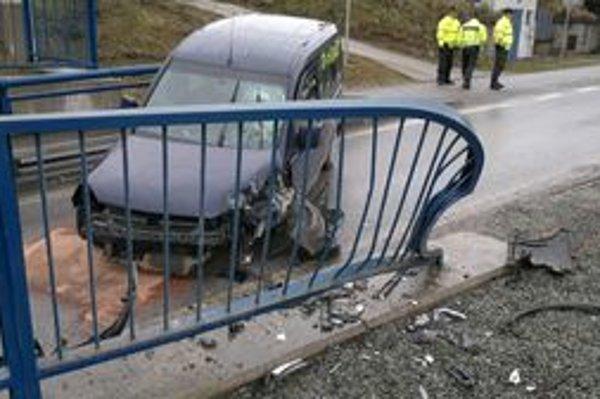 Augustín (31) nezvládol jazdu, rozbil auto i zábradlie pod mostami na Palackého.