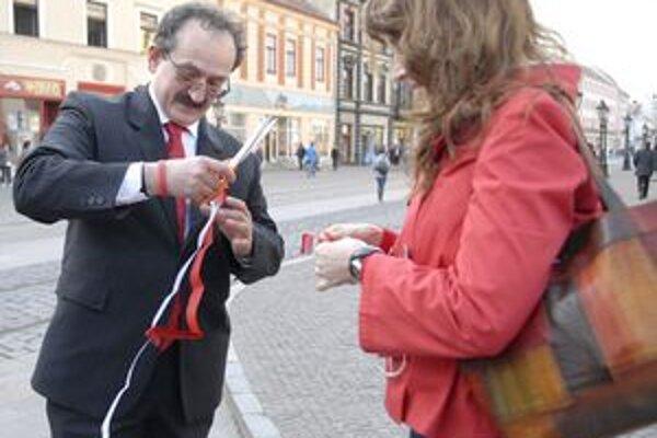 Protest. Organizátori rozdávali Košičanom stuhy bielej a červenej farby.