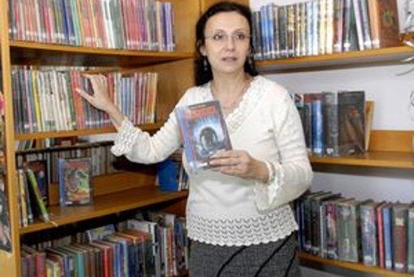 Riaditeľka knižnice Iveta Hurná v sekcii fantasy.