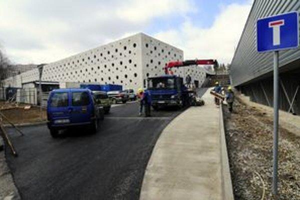 Parkovací dom pri Steel Aréne.