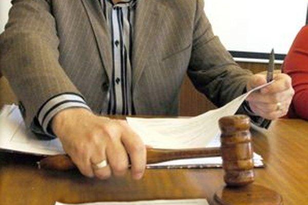 Jozef Harich. Licitátor včera odklepol predaj len trikrát, predali sa byty, o pozemky záujem nebol.
