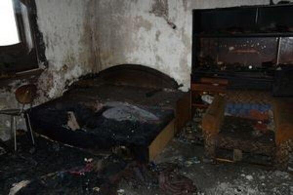 Vyhorená izba. Čudné je, že majiteľa našli mŕtveho v inej izbe, kde nehorelo.