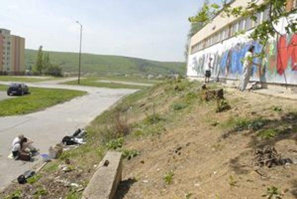 Areál ZŠ Čordákova. Včera tam grafiťáci maľovali stenu. Dnes majú stavať stánky, ako aj ďalšie veci.