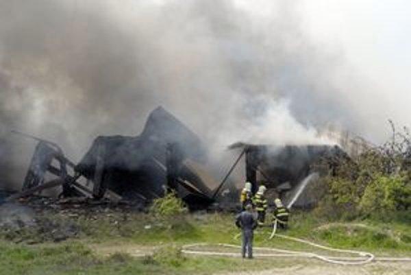 Zásah nebol jednoduchý, hrozilo, že konštrukcia zavalí hasičov.