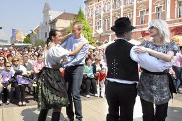 Krepčenie pod májom. Primátor Richard Raši a viceprimátorka Renáta Lenártová sa do tanca nedali dvakrát núkať.
