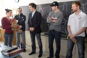 Plyšový suvenír. Francúzskym hokejistom má pomôcť pri zápase s Bielorusmi.