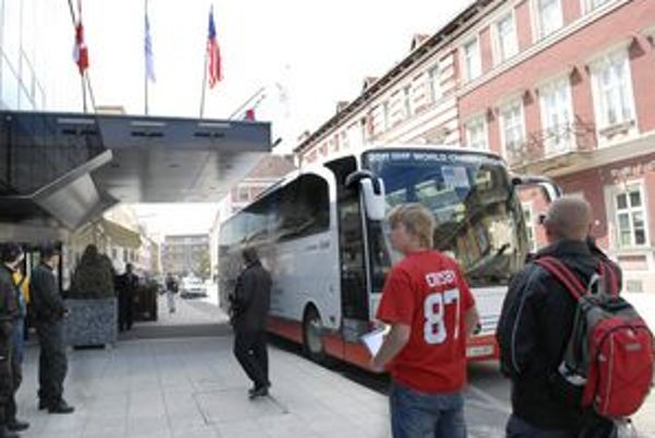 Autobus pred Hiltonom. Fanúšikovia čakali na amerických hráčov márne.
