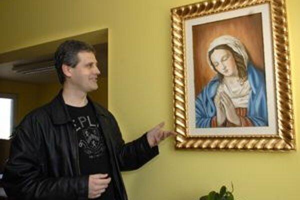 Policajná kaplnka. M. Gábor pri obraze Madony, ktorý daroval pápež Benedikt XVI.