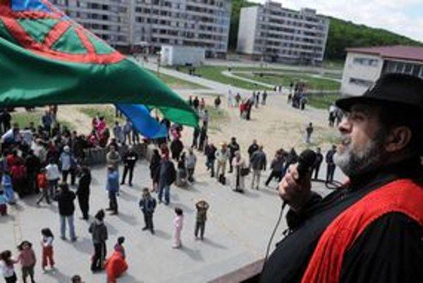 Protest Rómov na Luniku IX, ktorý zorganizoval predseda Parlamentu Rómov SR Ladislav Fízik (na snímke).