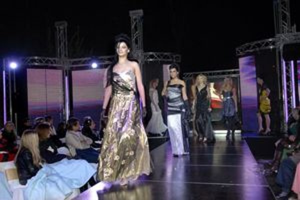 Takto vlani modelky predviedli modely návrhárky Cecílie Blanárovej.