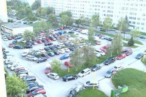 Idanská ulica počas zápasu. Miestni sa sťažujú, že nemajú kde parkovať.