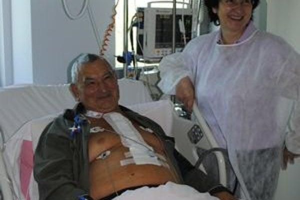 Spokojný pacient, Michal Šoltýs sa dva dni po operácii cítil dobre. Na snímke s dcérou Janou Gantnerovou.