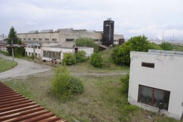 Priemyselný areál Bočiar. Paroplynová elektráreň má stáť v jeho nevyužívanej časti juhozápadne od Košíc (vpravo v pozadí U. S. Steel).