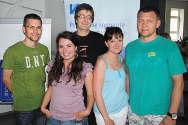 Majstri pera i fotoobjektívu. Pätica z našich šiestich ocenených (zľava) Jaro Vrábeľ, Katka Gécziová, Mišo Frank, Aďa Tomáschová a Robo Bejda.