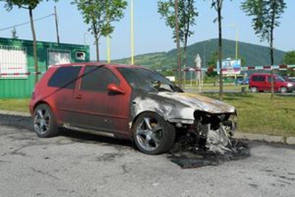 Polícia ešte aj ráno auto skúmala.