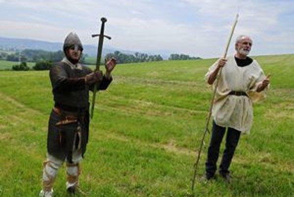 Vpravo Ján Mičovský, jeden z hlavných organizátorov podujatia, vľavo Peter Lacher z košickej skupiny historické šermu Templári. V pozadí údolie rieky Torysa pri Beniakovciach, v týchto miestach pod Košickým lesom a Torysou sa mohla odohrať historická Bitk