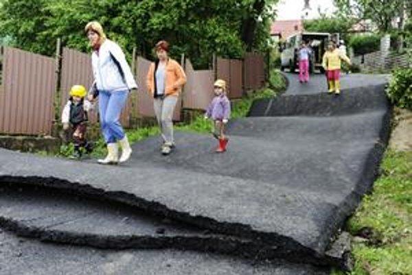 Pohyby pôdy pokrivili cesty, zničili chodníky. Dvadsaťdva rodín žije po páde ich domovvo farebných kontajneroch.