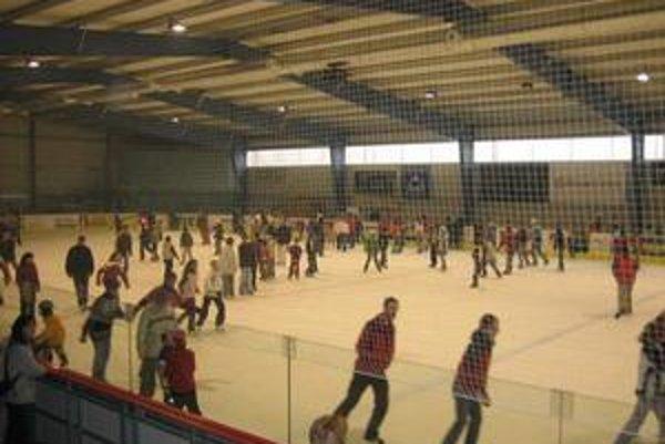 Podobná ľadová plocha má byť na KVP i Ťahanovciach. Malý zimný štadión Mariána Gáboríka v Trenčíne.