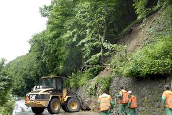 Voda zasiahla aj lesy. Nedávne povodne spôsobili najviac škôd na lesných cestách. Svahy sa zosúvali aj v Čermeli.